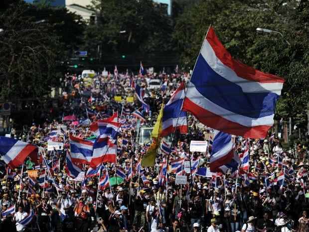 Milhares de manifestantes antigoverno protestam nas ruas de Bangcoc, na Tailândia (Foto: Christophe Archambault/AFP)
