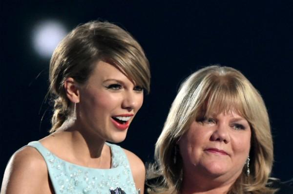A cantora Taylor Swift e sua mãe, Andrea Swift (Foto: Getty Images)