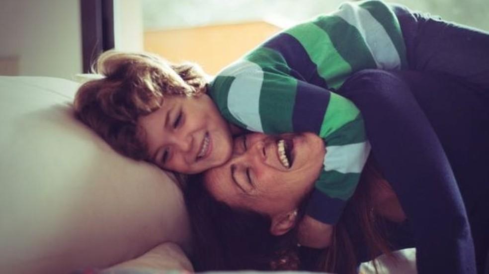 Mãe e seu filho que sofre de DentDireito de imagemEVA GIMÉNEZ Image caption Eva faz sua própria odisseia para financiar pesquisas para a cura da doença de Nacho (Foto: Eva Gimenez)