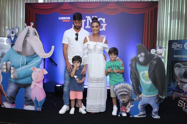Juliana paes com o marido e os filhos (Foto: Thyago Andrade/Brazil News)