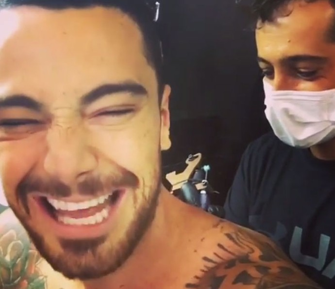 Titto compartilhou processo da tatuagem nas redes sociais (Foto: Reprodução)