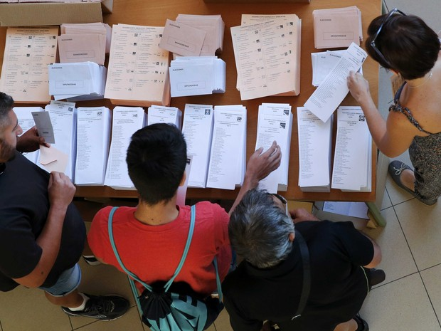 People select their ballots at a polling station before voting in Spain's general election in Madrid, Spain, June 26, 2016. (Foto: Andrea Comas/Reuters)