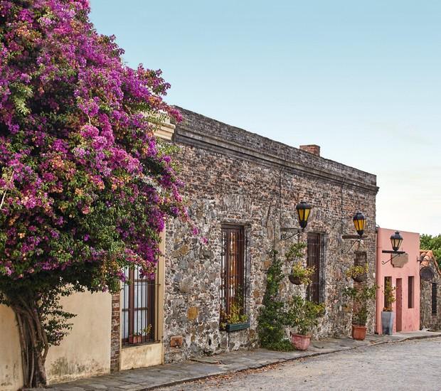Casa de pedra, caminho de pedra, flores e charme às margens do Rio da Prata: Colonia del Sacramento, no Uruguai, foi colonizada por portugueses e é patrimônio da Unesco (Foto: Thinkstock)