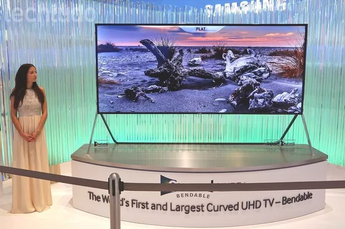 TV UHD da Samsung possui tela dobrável de acordo com a necessidade do usuário (Foto: Fabrício Vitorino/TechTudo) (Foto: TV UHD da Samsung possui tela dobrável de acordo com a necessidade do usuário (Foto: Fabrício Vitorino/TechTudo))