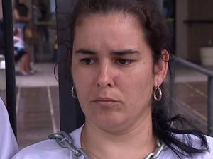 Mãe se desesperou e decidiu se acorrentar em Fórum para protestar (Foto: Reprodução/RBS TV)