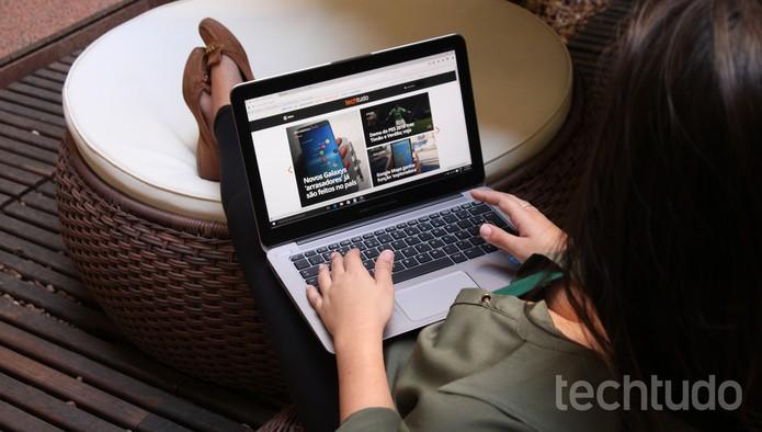 Mulher no PC (Foto: Zíngara Lofrano/TechTudo)