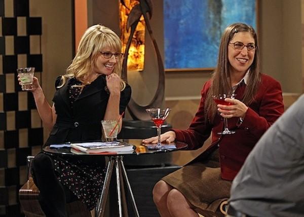 Mayim Bialik e Melissa Rauch em cena de 'The Big Bang Theory' (Foto: Reprodução)