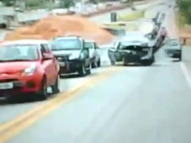 Batida fez motociclista rodopiar no ar (Foto: Reprodução/TV TEM)