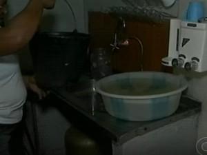 Falta de água na Vila 25 do Projeto Maria Tereza em Petrolina  (Foto: Reprodução/ TV Grande Rio)