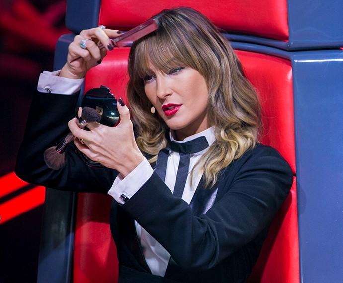 Claudia Leitte penteia a franja nos bastidores do 'The Voice' (Foto: Isabella Pinheiro / Gshow)