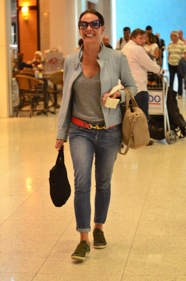Carolina Ferraz no aeroporto Santos Dumont (Foto: William Oda / Foto Rio News)