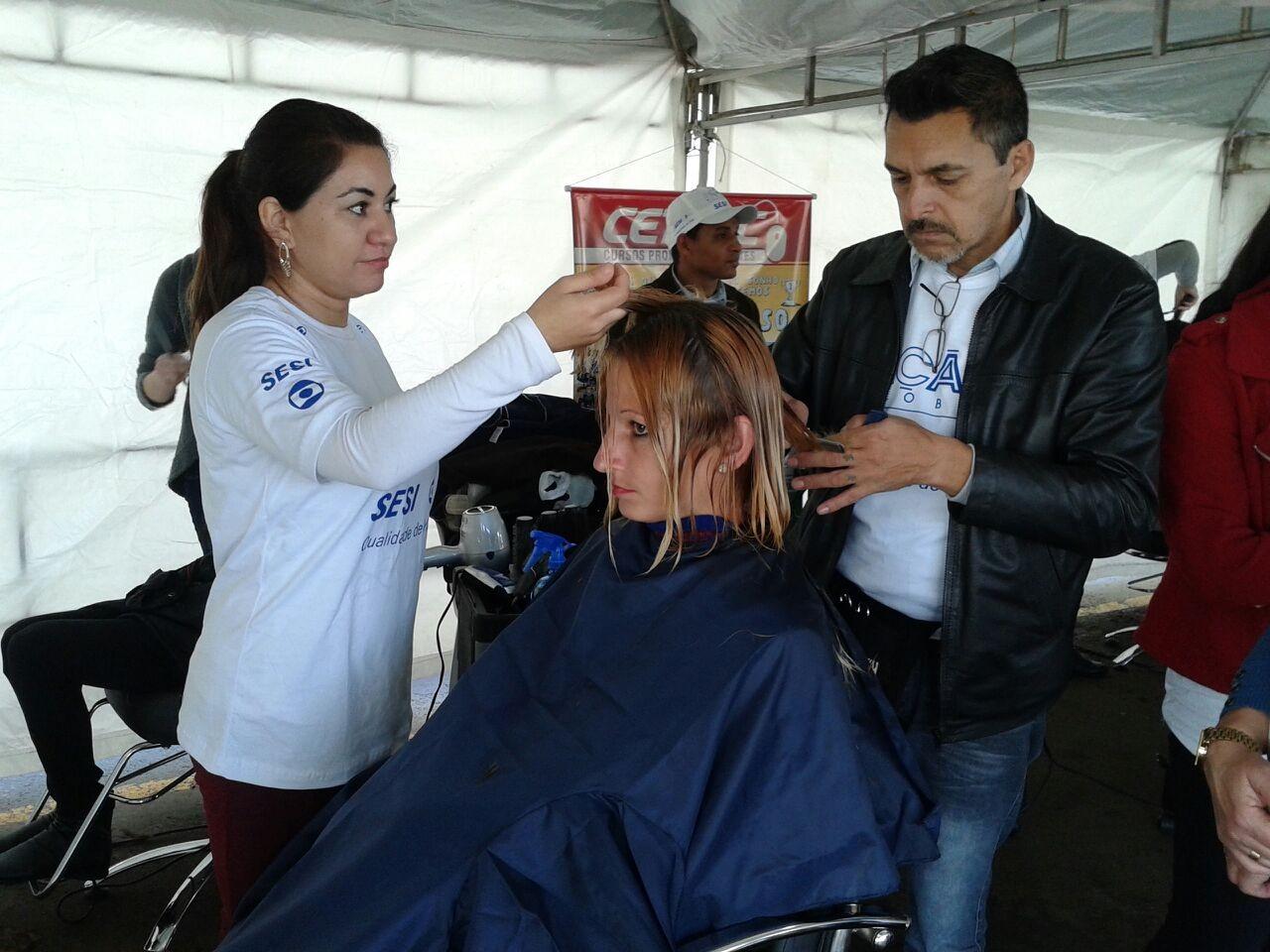 Moradores cortam cabelo gratuitamente em Caçador (Foto: Vanessa Nora/RBS TVSC)