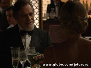 Ernest finalmente consegue sair com Iolanda, mulher que tanto cobiça (Foto: Joia Rara/ TV Globo)
