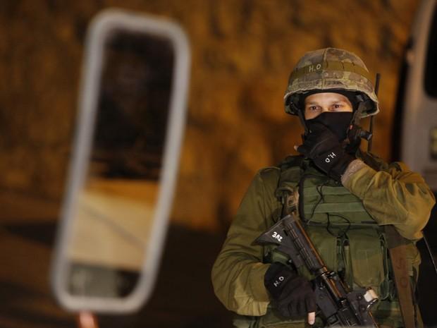 Exército israelense realiza operação militar na Cisjordânia na busca por três jovens que teriam sido sequestrados. (Foto: Mussa Qawasma/Reuters)