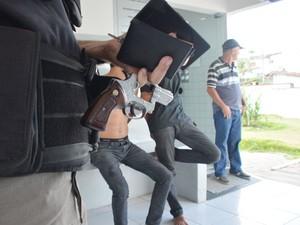 Polícia apreendeu celulares e revólver com o grupo em João Pessoa (Foto: Walter Paparazzo/G1)