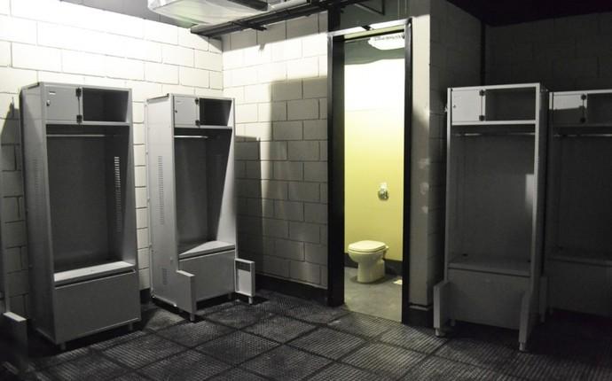 Sala reservada para a comissão técnica dentro dos vestiários (Foto: Divulgação/Site Oficial do Atlético-PR)