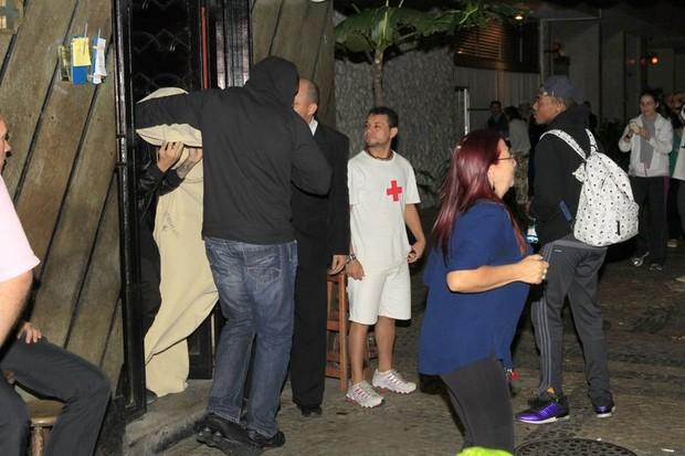 Justin Bieber deixa a termas enrolado em lençol branco (Foto: Francisco Silva/Agnews)