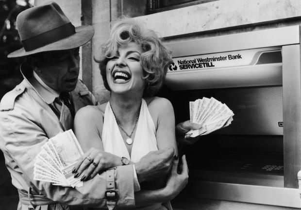"""Por outro lado, ter mais dinheiro faz homens (e mulheres) desejarem pessoas do sexo oposto mais """"utópica"""" (Foto: Getty Images)"""