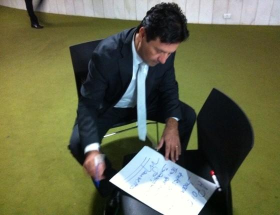 Deputado Mandetta (DEM-MS) assina apoio aos ativistas algemados na Câmara dos Deputados; ele apoia o afastamento de Dilma Rousseff (Foto: Dilvulgação)