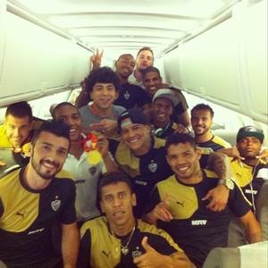 Jogadores do Atlético-MG continuam a comemoração do título mineiro dentro do avião (Foto: Reprodução/ Instagram Atlético-MG)
