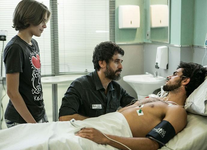 Gael e Karina contam para Cobra que ele agora faz parte da família (Foto: Inacio Moraes / Gshow)
