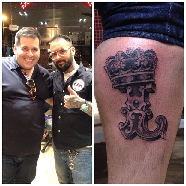 Leandro Hassum com o tatuador Kiko (Foto: Facebook / Reprodução)