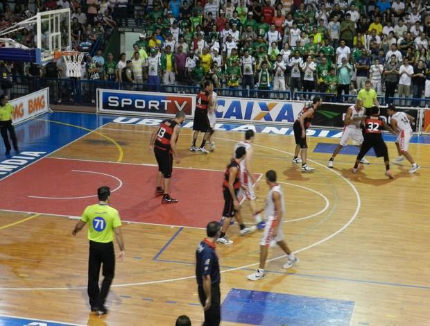 Uberlândia e Flamengo pelas quartas de final do NBB-4 - 1º jogo (Foto: Carolina Portilho)