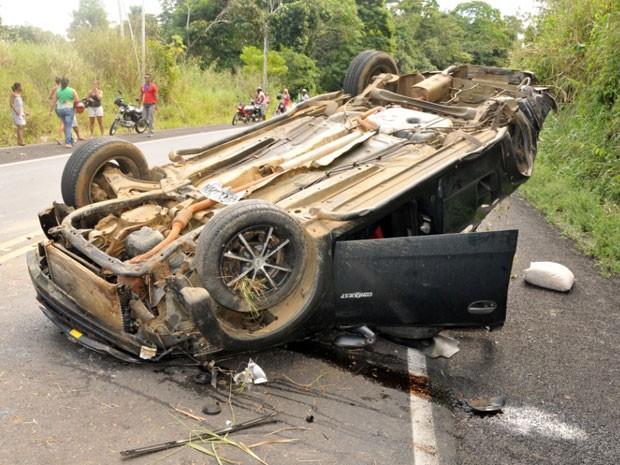Duas pessoas morreram após o veículo que transportava nove pessoas capotar na BR-330 (Foto: Samy Santos/Site Ubatã Notícias)