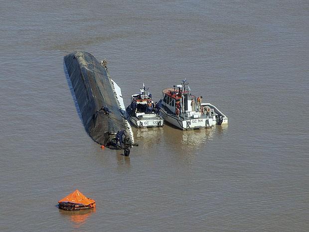 Colisão no Rio Paraná, na costa de uma cidade argetina, envolveu embarcações da Argentina e do Paraguai (Foto: Reuters)