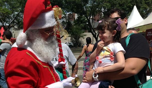 Chegada do Papai Noel agita a Feira Alto Juvevê de Gastronomia, neste sábado (13) (Foto: Divulgação/RPC)