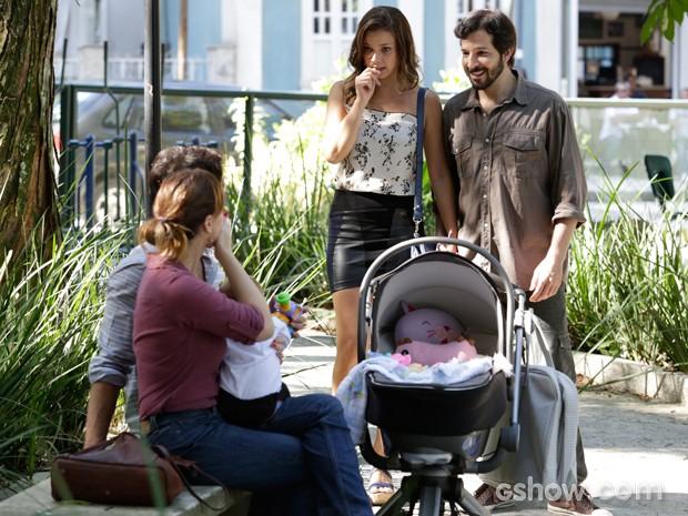 Bárbara e Virgílio chegam e trocam uma ideia com os amigos (Foto: Fábio Rocha / TV Globo)