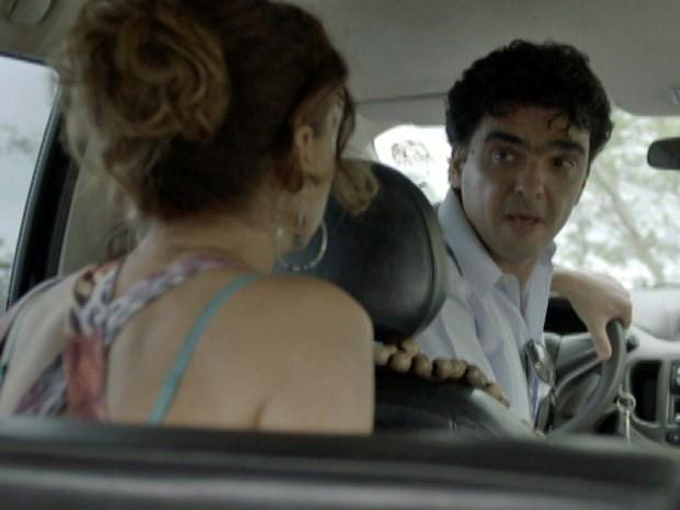 O taxista pega a sacola de dinheiro de Lorraine e manda a mulher descer no carro (Foto: TV Globo)