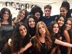 Fábio Assunção posa cercado por mulheres: 'Meu ambiente de trabalho'