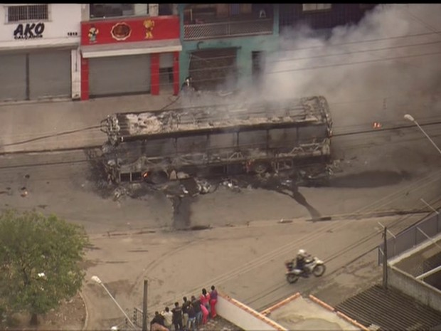 Ônibus queimado após morte de menina no Itaim Paulista (Foto: Reprodução/TV Globo)