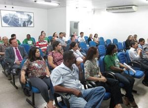 Funcionários acompanham a palestra de Adeildes Moura sobre saúde alimentar. (Foto: André Santos/TV Clube)