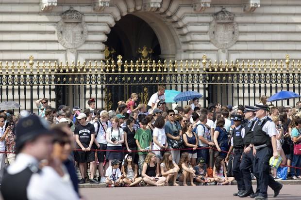 Súditos na porta do Palácio de Buckingham (Foto: AFP / Agência)