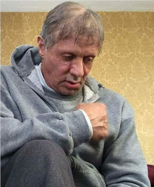 O astro Sylvester Stallone extremamente envelhecido e frágil  (Foto: Reprodução)