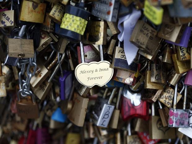 Quem coloca o cadeado na ponte joga a chave no rio (Foto: Charles Platiau/Reuters)