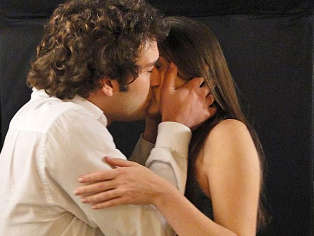 Elano não resiste mais e beija Cida, que se entrega (Foto: Cheias de Charme / TV Globo)
