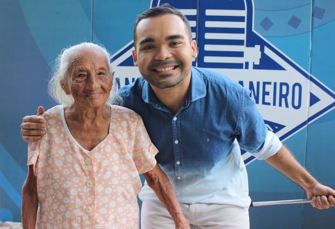 Dona Raimunda tem 103 anos e é fã do 'Paneiro' (Foto: Katiúscia Monteiro/ Rede Amazônica)