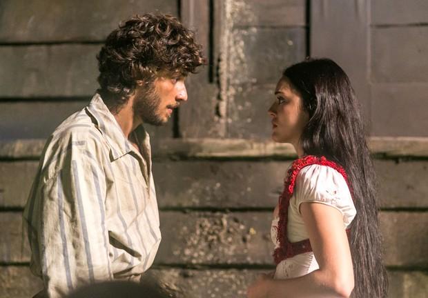 Chay Suede e Isabelle Drummond em cena da novela Novo Mundo (Foto: Globo/Paulo Belote)