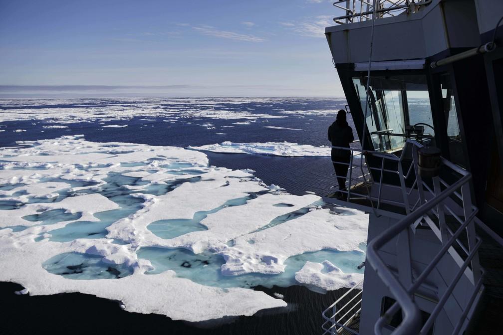 Tripulante da embarcação MSV Nordica observa o mar do Chukchi, no Alasca (Foto: David Goldman/AP Photo)