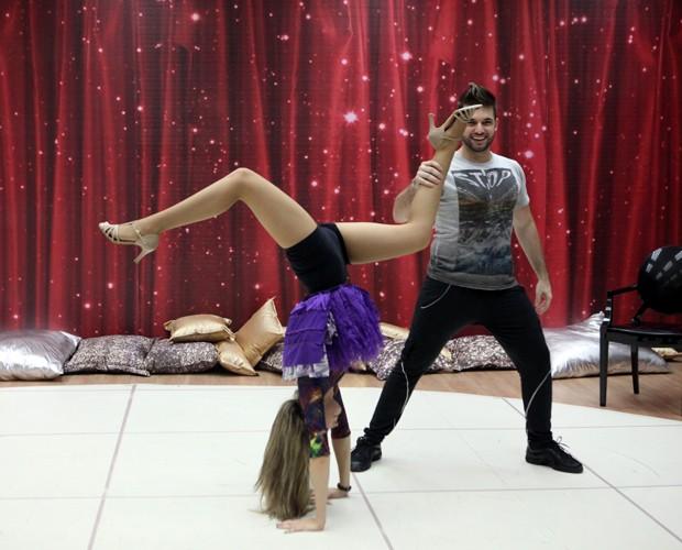 Uau! Juliana Paiva dá show de elasticidade em ensaio (Foto: Carol Caminha/TV Globo)