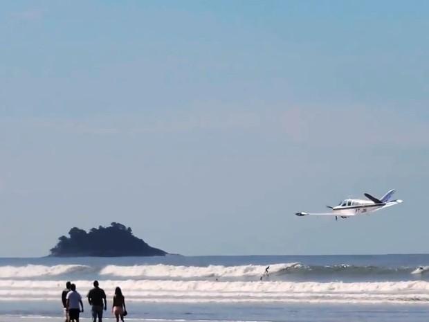 Avião dá rasante em praia de Peruíbe, SP (Foto: Reprodução/Fabio Donizetti)