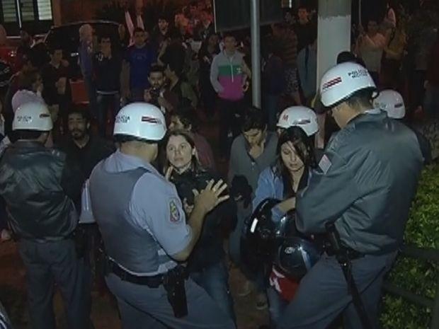Manifestantes pediram para participar da sessão, mas, foram impedidos  (Foto: reprodução/TV Tem)