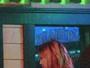 Mischa Barton curte noitada com drinks após surto