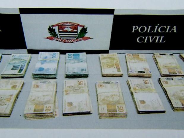 Cerca de R$ 135 mil foram apreendidos na casa de suspeito em Bebedouro (Foto: Polícia Civil/Divulgação)