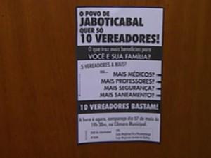 Manifestantes distribuiram panfletos contra aumento de vagas na Câmara de Jaboticabal, SP (Foto: Reprodução/EPTV)