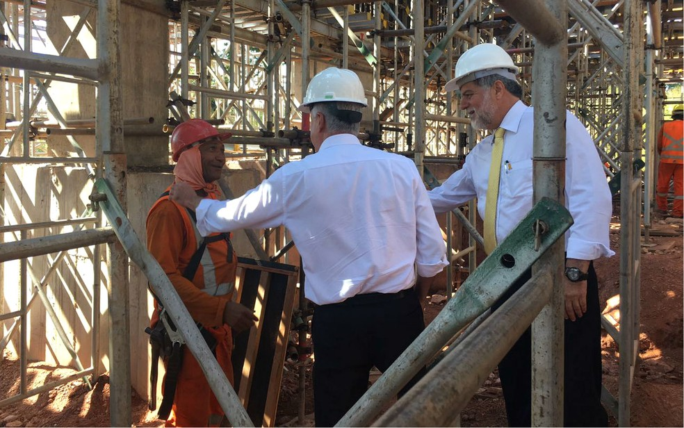 Governador Rodrigo Rollemberg e diretor-geral do DER, Henrique Luduvice, fazem vistoria da Ligação Torto-Colorado (Foto: Luiza Garonce/G1)