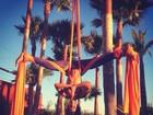 Paula Morais, noiva de Ronaldo, mostra destreza no tecido acrobático
